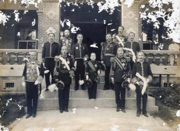 중명전 앞에서 영친왕과 대신들(1907년).jpg