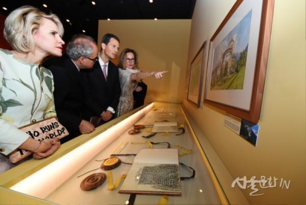 4일 오후 국립고궁박물관에서 열린 「리히텐슈타인 왕가의 보물」 특별전 개막식에 참석한 알로이스 리히텐슈타인 대공 세자부부(맨 앞에서 세 번째·네번쨰)가 전시품을 관람하고 있다..jpg