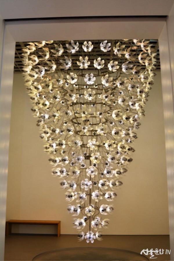 최우람(U-Ram Choe), Una Lumino, 2009, 알루미늄, 스테인리스 스틸, 플라스틱, 전자장비, 430 x 520 x 430cm.jpg