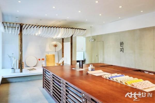 1층, 한지마루와 탁자.jpg
