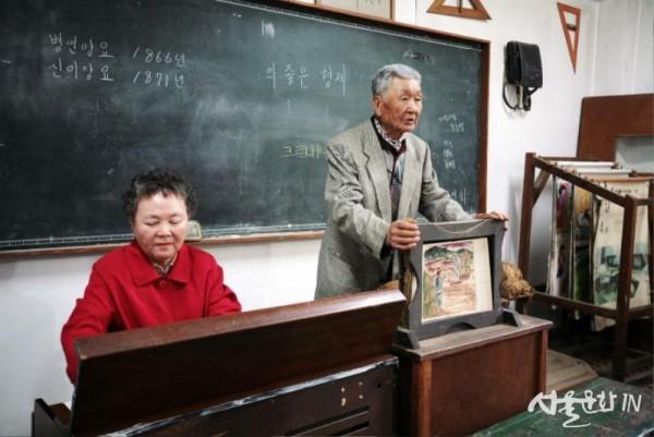 01 메인컷-덕포진교육박물관을 설립한 이인숙,김동선 선생님  (사진촬영 문일식).jpg
