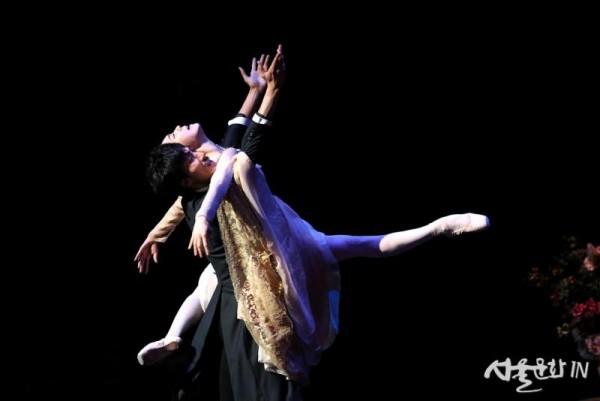 [오네긴] 3막- 회한의 파드되 (2)_강미선n이동탁 ⓒUniversal Ballet_Photo by kyoungjin Kim).jpg