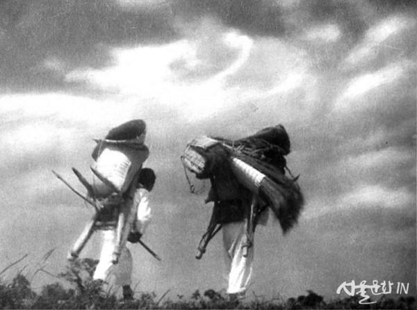임응식, 둑을 가다(귀로), 1935, 젤라틴 실버 프린트(피그먼트 프린트 원본의 복제), 61×71cm, 유족 소장.jpg