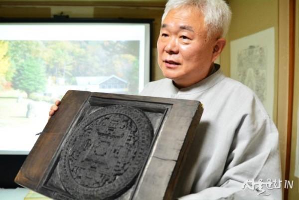 만다라 판목(19C 티벳)을 소개하는 한선학 관장.jpg